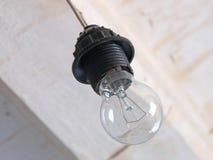 Lâmpada da incandescência em um fundo branco do teto Imagem de Stock