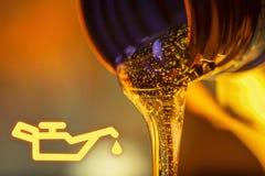 Lâmpada da pressão de baixo óleo e córrego do líquido de fluxos do óleo de motor da motocicleta do pescoço do close-up da garrafa Imagens de Stock Royalty Free