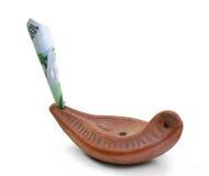 Lâmpada da terracota de Aladdin com euro- cédulas Imagem de Stock Royalty Free