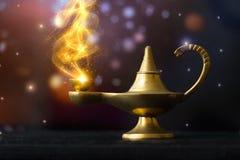 Lâmpada de Aladdin mágica, com o fumo glittery dourado que sai; valor máximo de concentração no trabalho imagens de stock