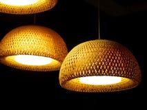 Lâmpada de bambu feita do bambu natural tecido da malha Fotografia de Stock Royalty Free