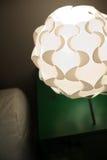 Lâmpada de mesa bonita do desenhista no interior foto de stock royalty free