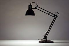 Lâmpada de mesa preta no branco Imagens de Stock Royalty Free