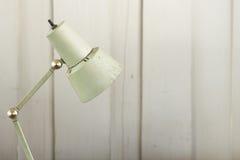Lâmpada de mesa velha na parede de madeira Imagens de Stock