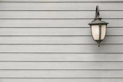 Lâmpada de parede antiga do vintage na parede de madeira cinzenta, para o fundo com Foto de Stock