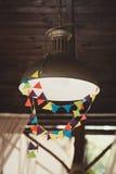 Lâmpada de parede da rua do vintage na cidade imagem de stock