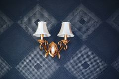 Lâmpada de parede do vintage Escuro - papel de parede azul foto de stock royalty free