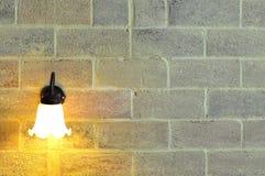 Lâmpada de parede na parede de tijolo foto de stock