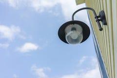 Lâmpada de parede preta exterior com céu Imagens de Stock Royalty Free