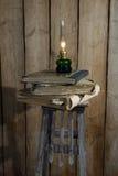 Lâmpada de querosene e pilha de livros velhos Imagem de Stock