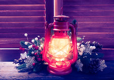 Lâmpada de querosene na noite de Natal fotos de stock royalty free