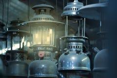 Lâmpada de querosene oxidada do metal do vintage velho com as luzes de incandescência amarelas macias que penduram do telhado na  fotografia de stock