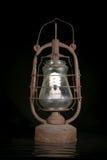 A lâmpada de querosene suja velha com bulbo moderno imagem de stock