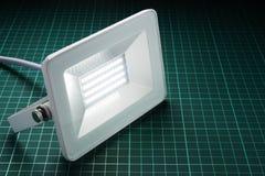 Lâmpada de rua branca do diodo emissor de luz em uma mesa verde Fotos de Stock