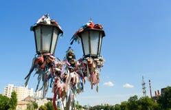 Lâmpada de rua com fitas e os fechamentos coloridos Fotos de Stock Royalty Free
