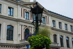 Lâmpada de rua com o Conselho Municipal de Riga Foto de Stock Royalty Free