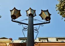 Lâmpada de rua contra o céu azul Imagens de Stock