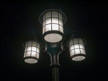 lâmpada de rua de 3 cabeças, fundo escuro Foto de Stock