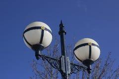 Lâmpada de rua decorativa do estilo do vintage do estilo retro ornamentado com os globos de vidro brancos Foto de Stock Royalty Free