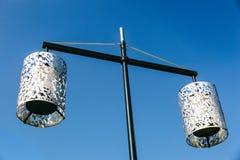 Lâmpada de rua decorativa em uma mola e em um dia ensolarado Fotografia de Stock