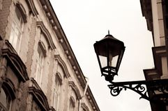 Lâmpada de rua do vintage na parede da construção Efeito do Sepia Fotografia de Stock Royalty Free