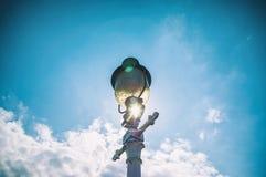 Lâmpada de rua em azul-céu em raios do sol Imagens de Stock Royalty Free