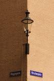 Lâmpada de rua montada no canto do edifício Fotografia de Stock Royalty Free