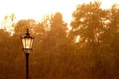 Lâmpada de rua na chuva Imagem de Stock