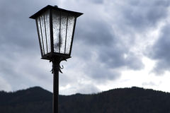 Lâmpada de rua na frente das montanhas Foto de Stock
