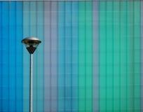 Lâmpada de rua na frente de um painel de alumínio multicolorido Imagem de Stock Royalty Free