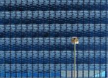 Lâmpada de rua na frente de uma construção moderna Imagens de Stock