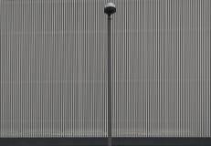 Lâmpada de rua na frente de uma parede coberta de alumínio Foto de Stock Royalty Free