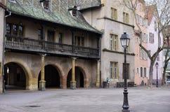Lâmpada de rua na frente de uma construção velha em Colmar França imagens de stock royalty free
