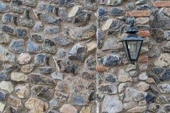 Lâmpada de rua na parede de pedra Fotografia de Stock Royalty Free