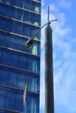 Lâmpada de rua perto de uma construção de alto cargo Imagem de Stock