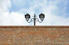 Lâmpada de rua sobre a parede de tijolo Imagens de Stock