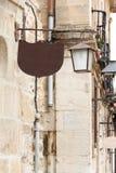 Lâmpada de rua velha da forma com sinal da barra do ord do café Imagem de Stock Royalty Free