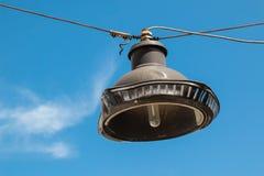 Lâmpada de rua velha e um céu Imagens de Stock
