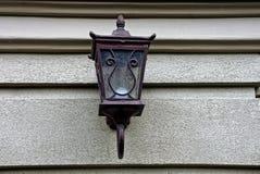 Lâmpada de rua velha em uma parede cinzenta Fotografia de Stock