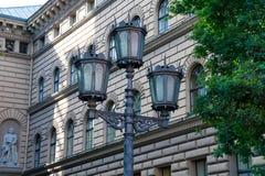 Lâmpada de rua velha na cidade velha de Riga Fotografia de Stock