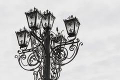 Lâmpada de rua velha Uma lâmpada de rua forjada em um fundo branco Imagens de Stock