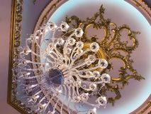 Lâmpada do candelabro de Chrystal no teto na sala de jantar que ajusta a imagem em um tom luxuoso Vintage elegante decorativo fotografia de stock royalty free