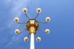 Lâmpada do estilo chinês no fundo do céu azul Imagem de Stock