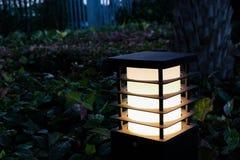 Lâmpada do jardim no jardim na noite Fotografia de Stock