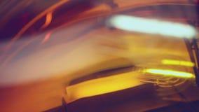 Lâmpada do projeto refletida na superfície alaranjada - sumário filme
