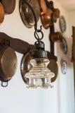 Lâmpada do vintage na parede do fundo com os utensílios de cobre antigos Foto de Stock