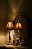 Lâmpada e espelho elegantes na tabela Fotografia de Stock Royalty Free
