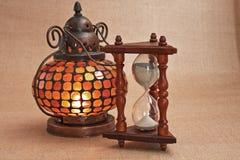 Lâmpada e hourglass orientais velhos imagens de stock