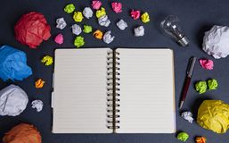 Lâmpada e ideia do papel do caderno imagens de stock royalty free