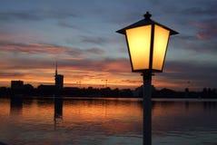Lâmpada e lago de rua na noite Imagens de Stock Royalty Free